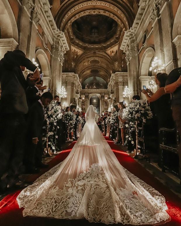 Vestido de noiva de Nicole Bahls tinha mais de seis metros de seda italiana (Foto: Giovani Garcia/ Divulgação)
