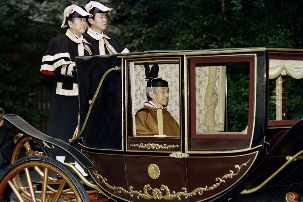 Na foto, de 1990, o imperador Akihito visita o Grande Santuário de Ise em uma carruagem. — Foto: Toshifumi Kitamura/ AFP