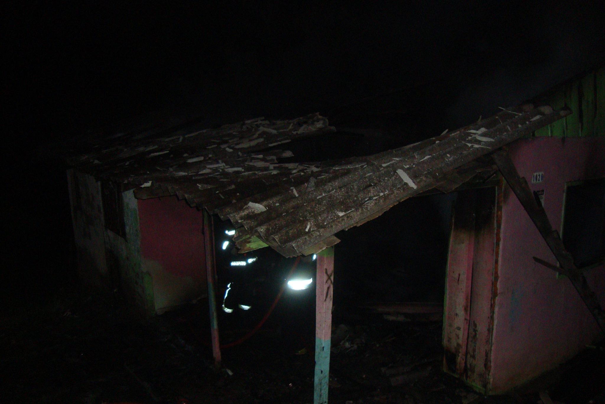 Mulher morre carbonizada em incêndio dentro de casa em Mafra