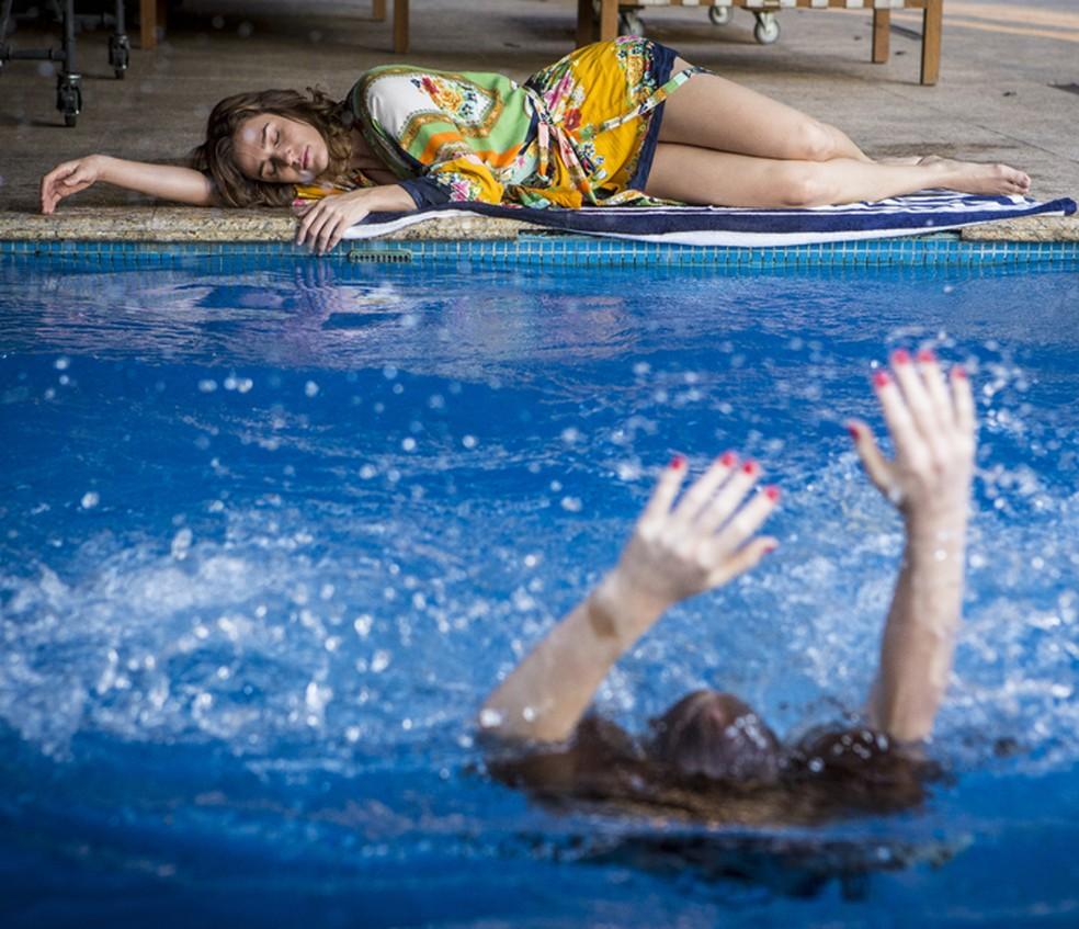 Eliza (Marina Ruy Barbosa) se afoga em armação de Sofia (Priscila Steinman) em 'Totalmente Demais' — Foto: Inácio Moraes/Gshow