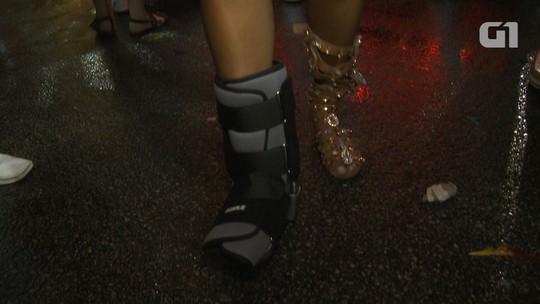Pâmella Gomes, rainha da Tom Maior, quebra dedinho e desfila com bota ortopédica