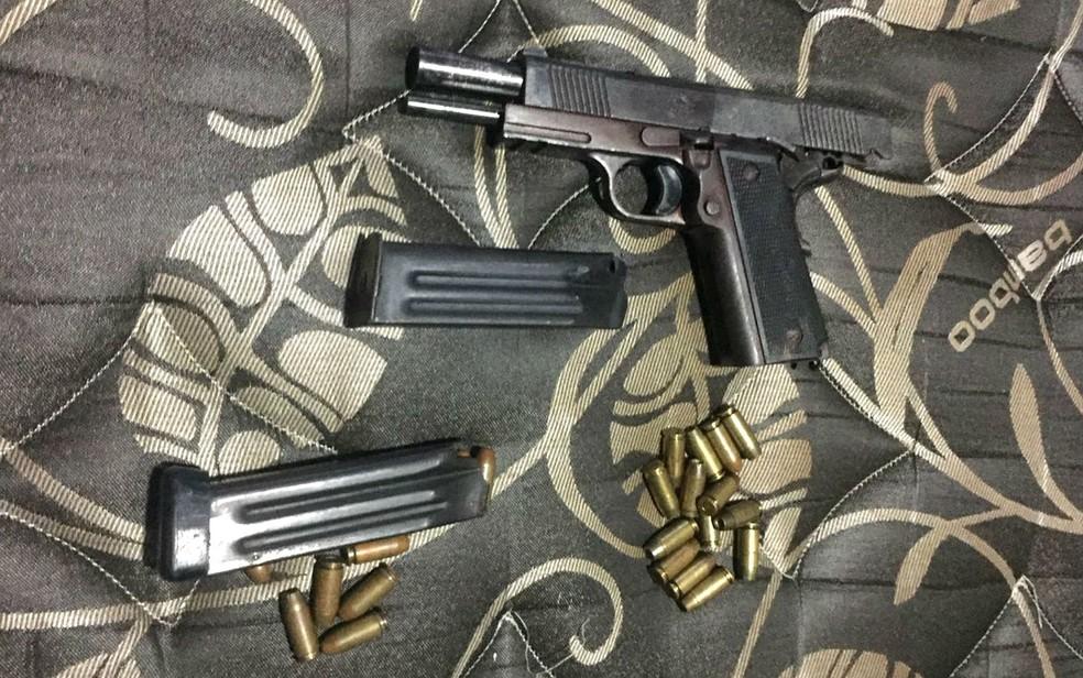 Arma e projéteis apreendidos pela Polícia Civil do DF em Operação Shooter, contra esquema de tráfico de armas (Foto: Polícia Civil/Divulgação)
