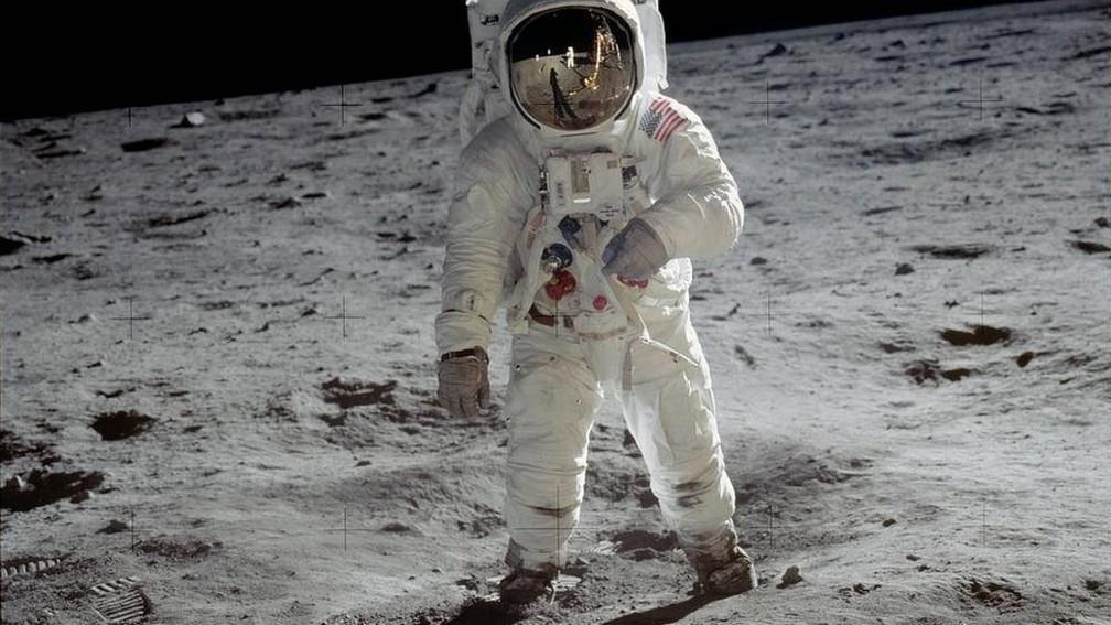 Neil Armstrong tirou esta foto de Buzz Aldrin, assim que os dois viraram os primeiros seres humanos a caminhar sobre a superfície lunar, em 20 de janeiro de 1969 — Foto: Nasa/BBC
