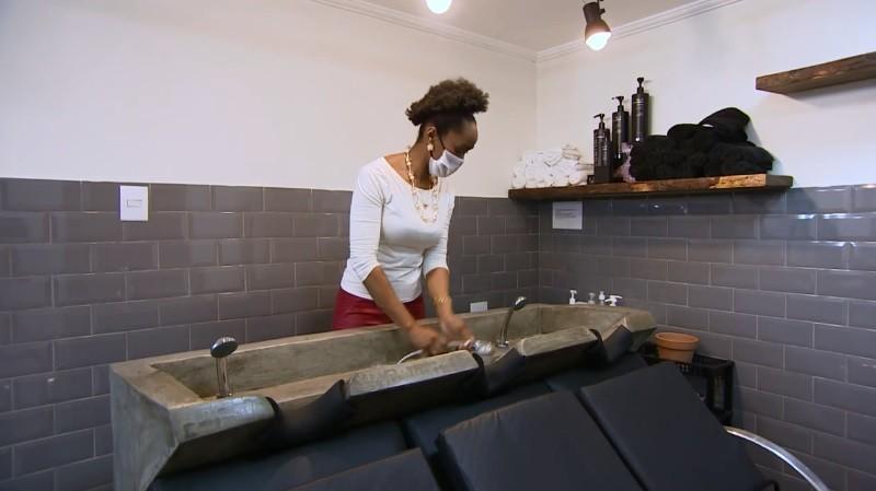 Dona de salão de beleza tenta salvar negócio com reserva financeira e venda de vouchers thumbnail