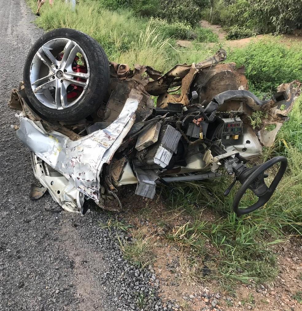 Carro ficou completamente destruído após acidente na BR-242, na Bahia — Foto: Alex Muniz / Site do Voz da Bahia