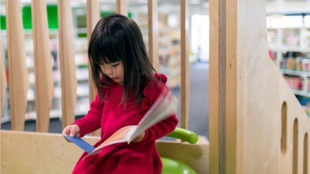 Ensino na Suiça é compulsório do jardim de infância até a escola intermediária; depois, sistema de formação de aprendizagem é escolhido por cerca de dois terços dos estudantes (Foto: GETTY IMAGES/via BBC News Brasil)