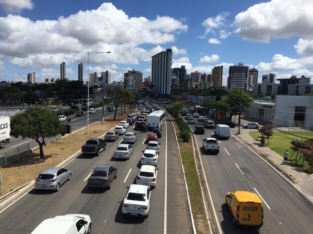 Motociclista alcoolizado bate em Hilux, fratura o punho e acidente gera engarrafamento em Natal - Notícias - Plantão Diário