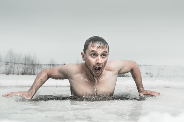 O inverno pode te ajudar a conquistar o corpo tão desejado, mas não precisa se enfiar no gelo como na foto (risos) (Foto: Think Stock )