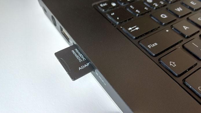 Insira o cartão com adaptador no computador (Foto: Paulo Alves/TechTudo)