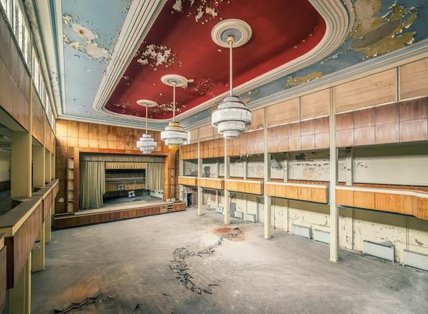 Salão de festas em hotel abandonado na Alemanha (Foto: Michael Schaw/ Reprodução)