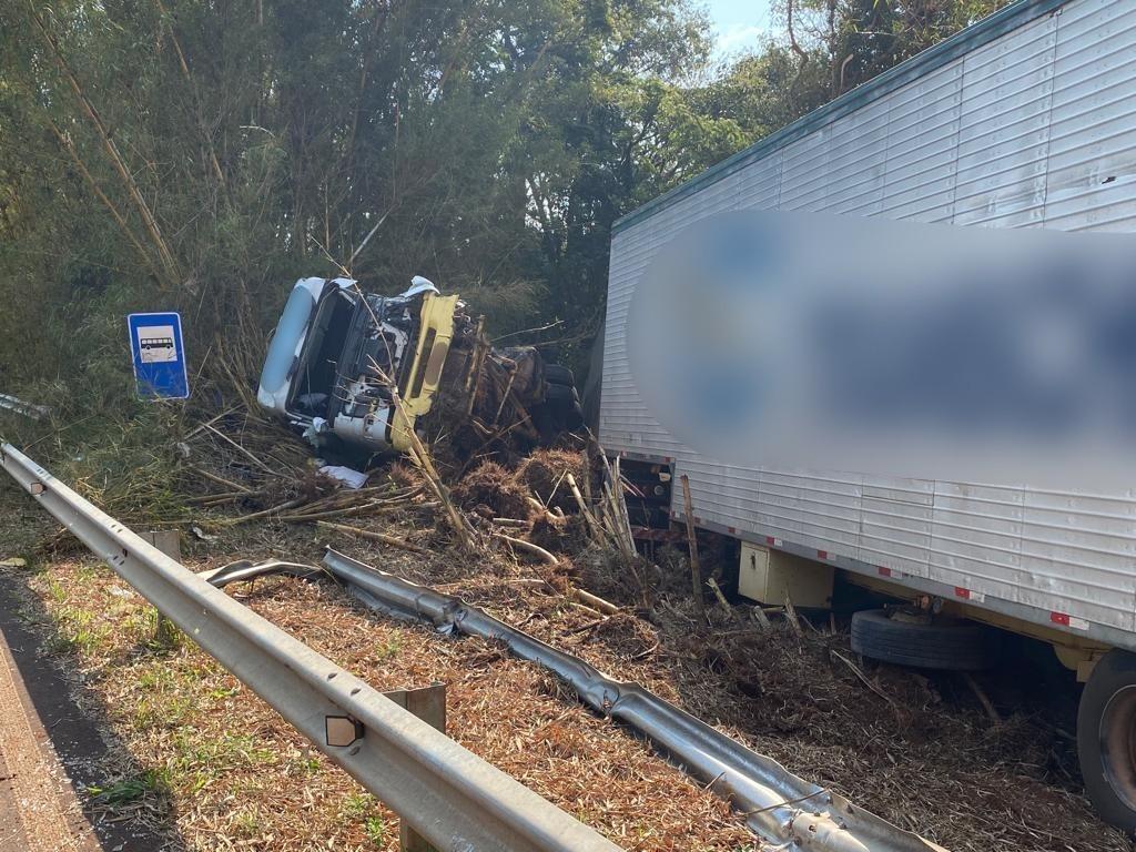 Batida entre caminhões deixa motorista ferido em rodovia de Piraju