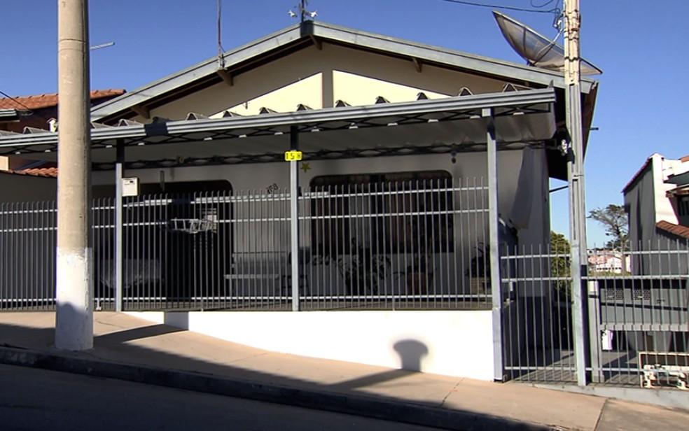 Casa em Vinhedo onde mulher de 63 anos era mantida em cárcere privado. — Foto: Reprodução/EPTV