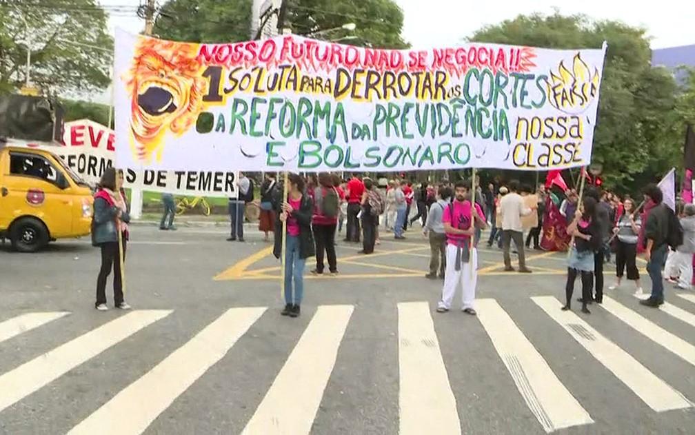 Alunos e professores da USP protestam contra bloqueio de verbas da educação — Foto: Reprodução/TV Globo
