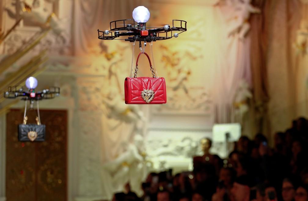 Drones carregam bolsas em desfile de moda em Milão (Foto: Alessandro Garofalo/Reuters)