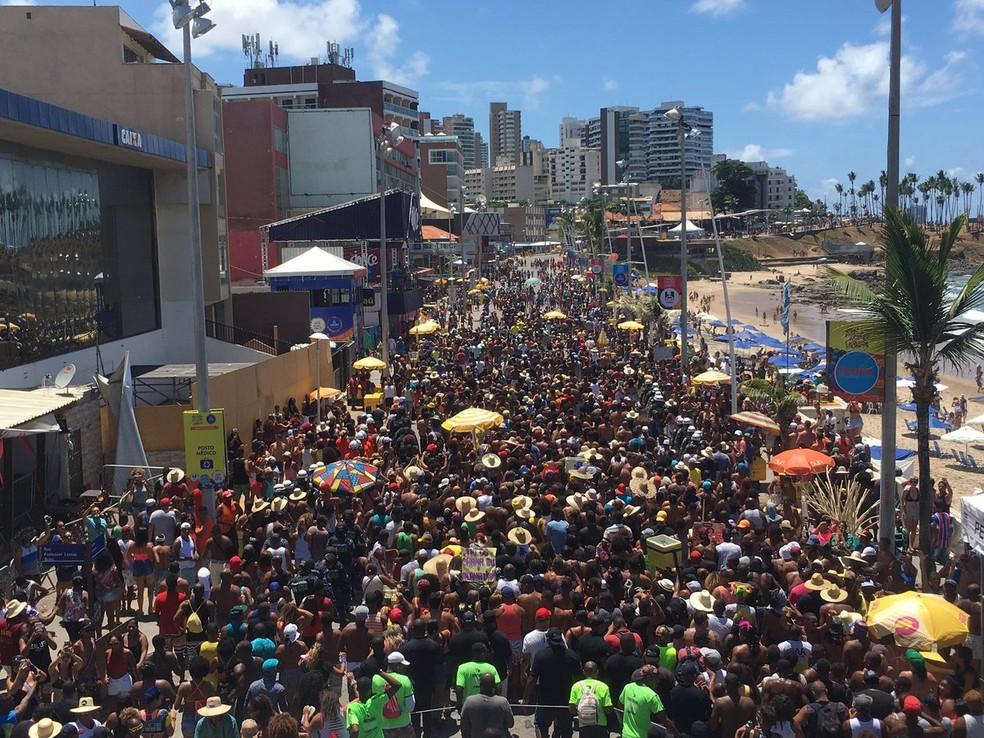 Festa reúne milhares de pessoas na orla de Salvador — Foto: Alan Oliveira/G1