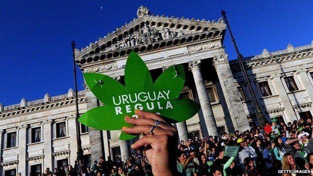 País aprovou em 2013 lei liberando consumo de cannabis; última etapa é venda em farmácias (Foto: Getty Images via BBC News Brasil)
