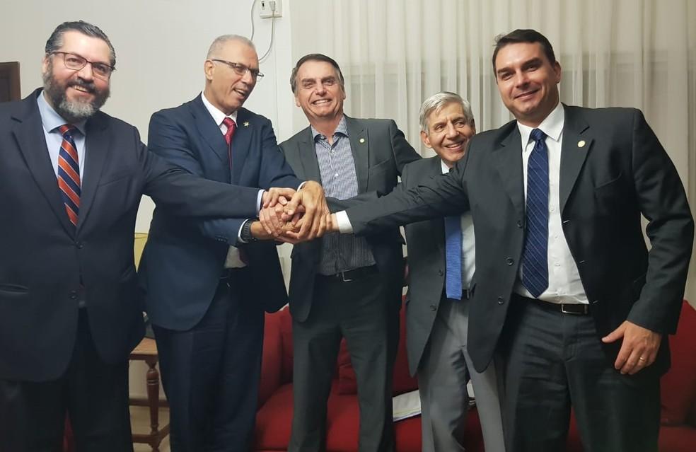 O presidente eleito, Jair Bolsonaro, ao lado do embaixador de Israel, Yossi Shelley (à esq.) — Foto: Governo de Transição