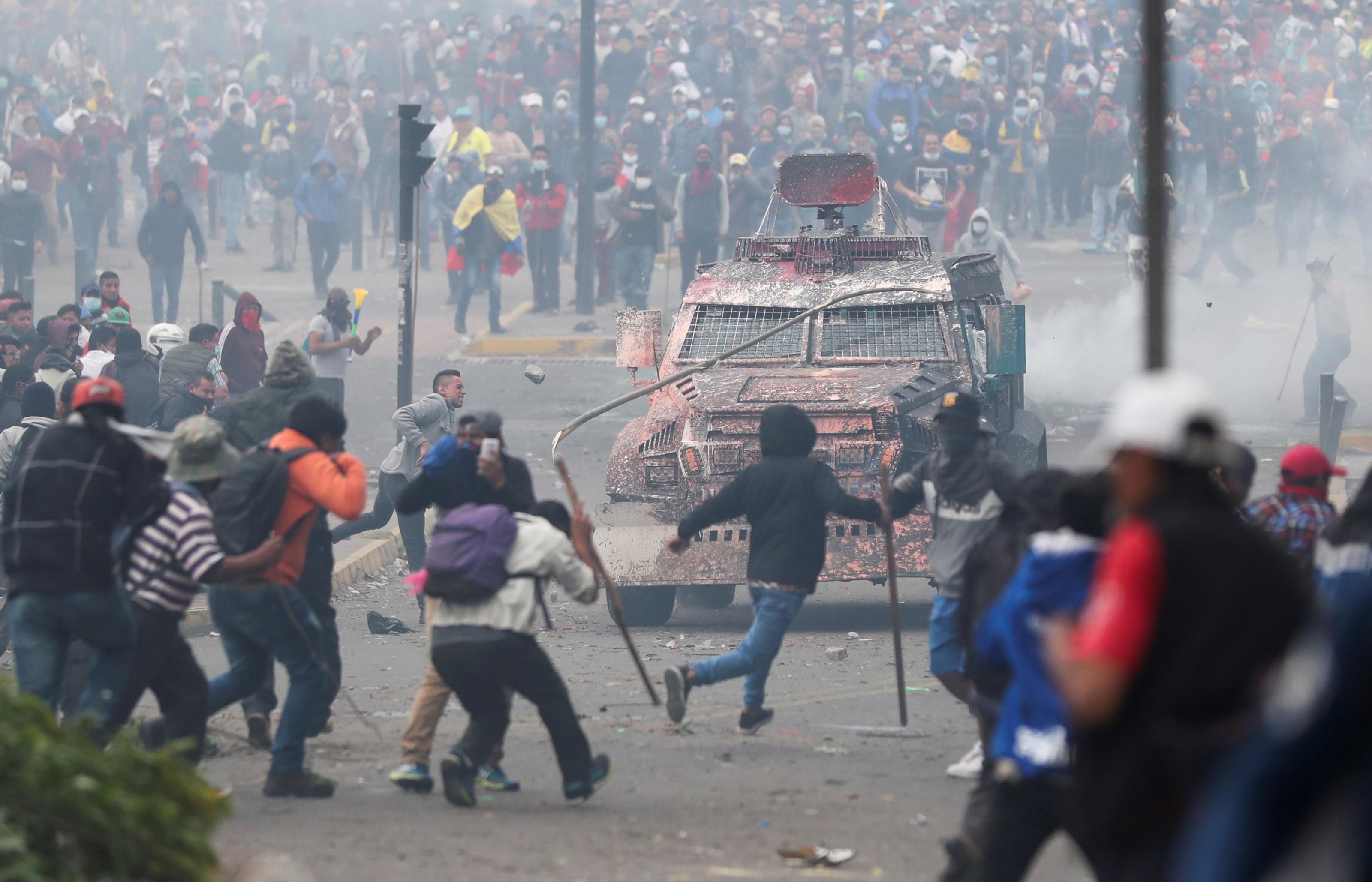 Manifestantes enfrentam as forças de segurança no centro de Quito.