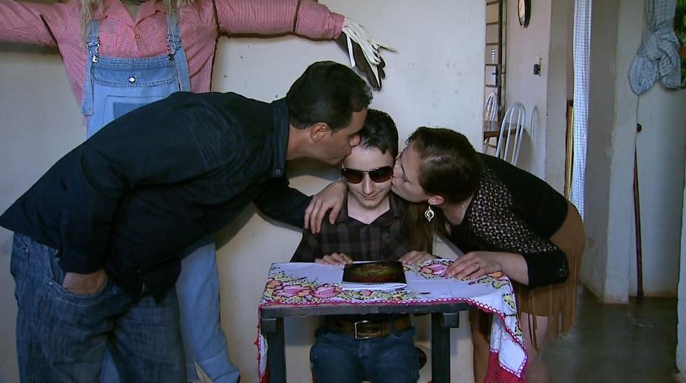 Pais de Gabriel esperam cura definitiva de câncer no garoto (Foto: Antonio Luiz/EPTV)