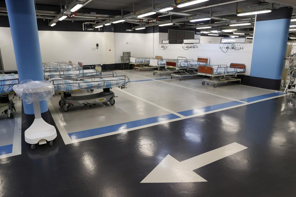 Leitos são vistos no estacionamento subterrâneo do Rambam Health Care Campus, que foi transformado em uma unidade de terapia intensiva para pacientes com Covid-19 na cidade de Haifa, no norte de Israel, nesta quarta-feira (23) — Foto: Jack Guez/AFP