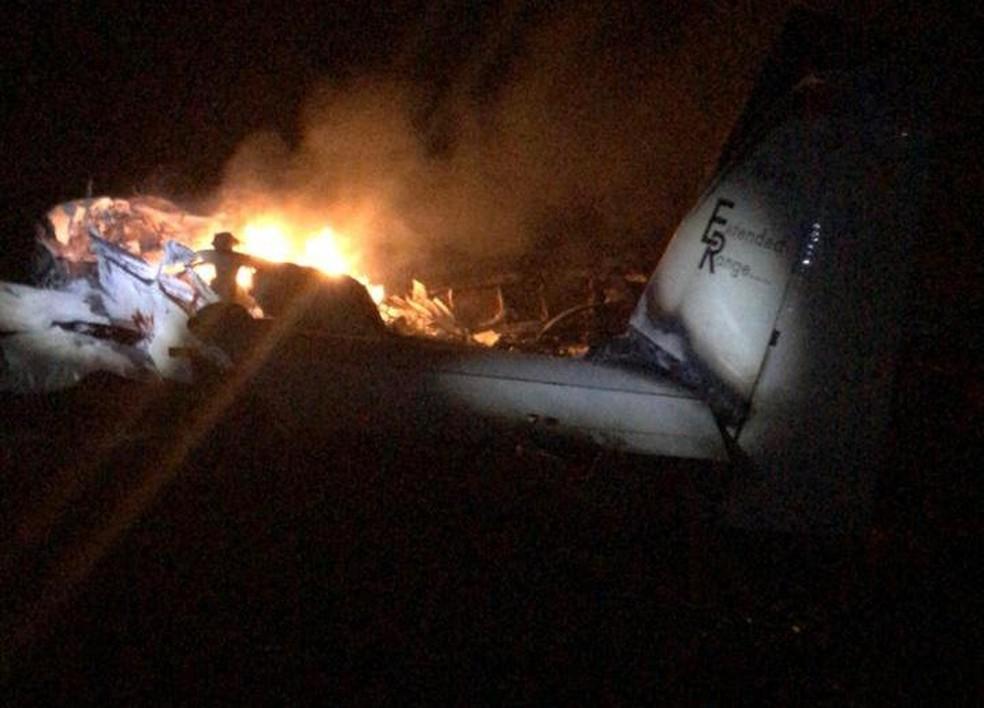 Avião com cocaína cai em canavial de Tapiratiba e pega fogo — Foto: Gabriel Delena/Jornal Meio Dia