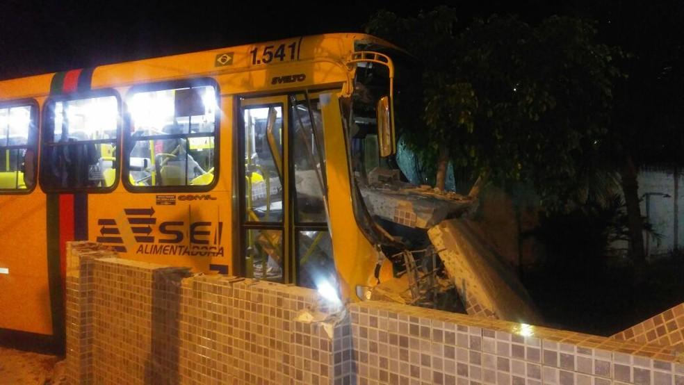 ônibus ficou com a parte da frente danificada depois da batida no muro da casa, em Itamaracá (Foto: WhatsApp)