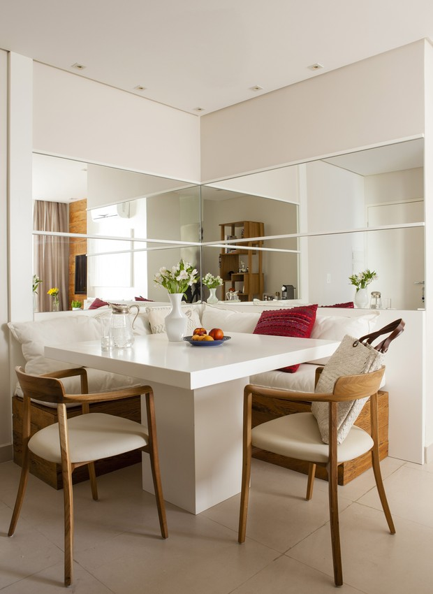 Ao usar dois espelhos perpendiculares, a sensação de amplitude é muito mais poderosa. Projeto da designer de interiores Andrezza Alencar (Foto: Edu Castello/Casa e Jardim)