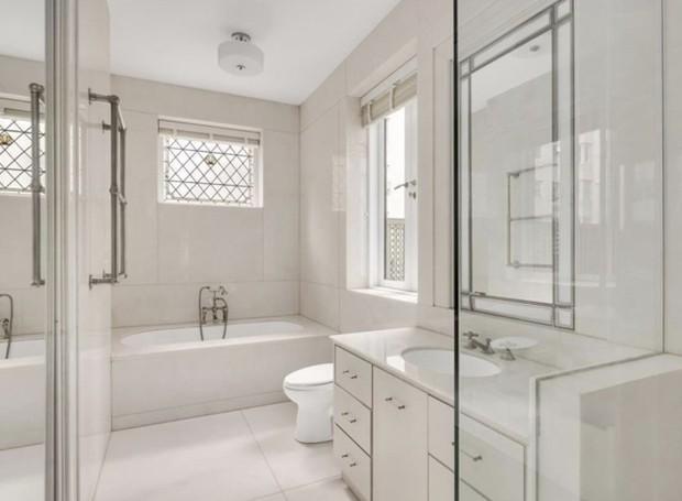 Os banheiros são em tons claros, sem muitos detalhes (Foto: Trulia/ Reprodução)