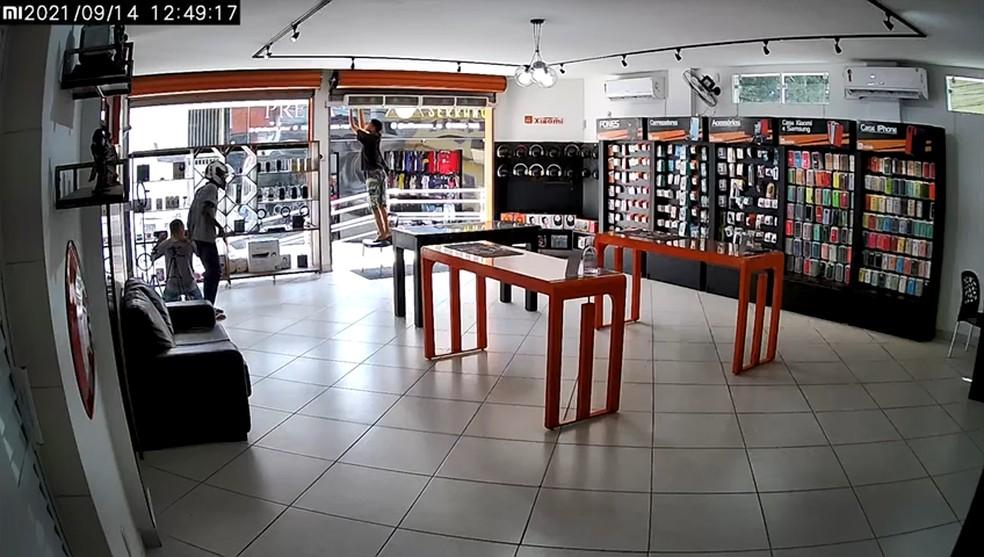 Criminosos assaltam loja de celulares na Serra, ES— Foto: Reprodução/ Videomonitoramento
