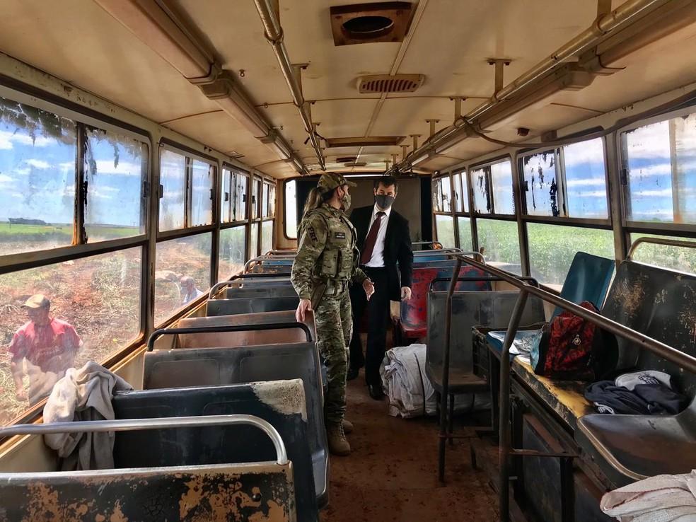 Ônibus que transportava trabalhadores para a colheita de melancia em Campos Novos Paulista (SP) era improvisado e precário — Foto: Polícia Rodoviária Federal/ Divulgação