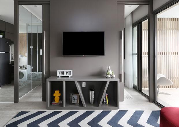 Apartamento tem painel retrátil que integra ambientes conforme a necessidade (Foto: Mariana Orsi)