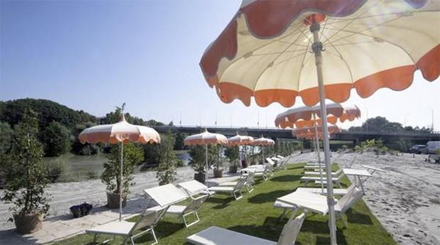 Roma inaugura praia artificial às margens do Rio Tibre, em Roma (Foto: Agência ANSA)