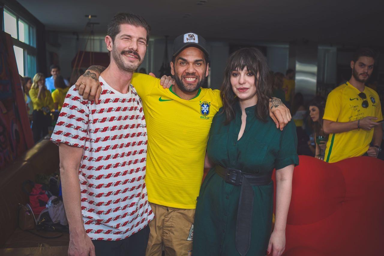 Daniel Alves com o editor de cultura da Vogue, Nô Mello, e a diretora digital, Antonia Petta (Foto: Ale Virgilio)