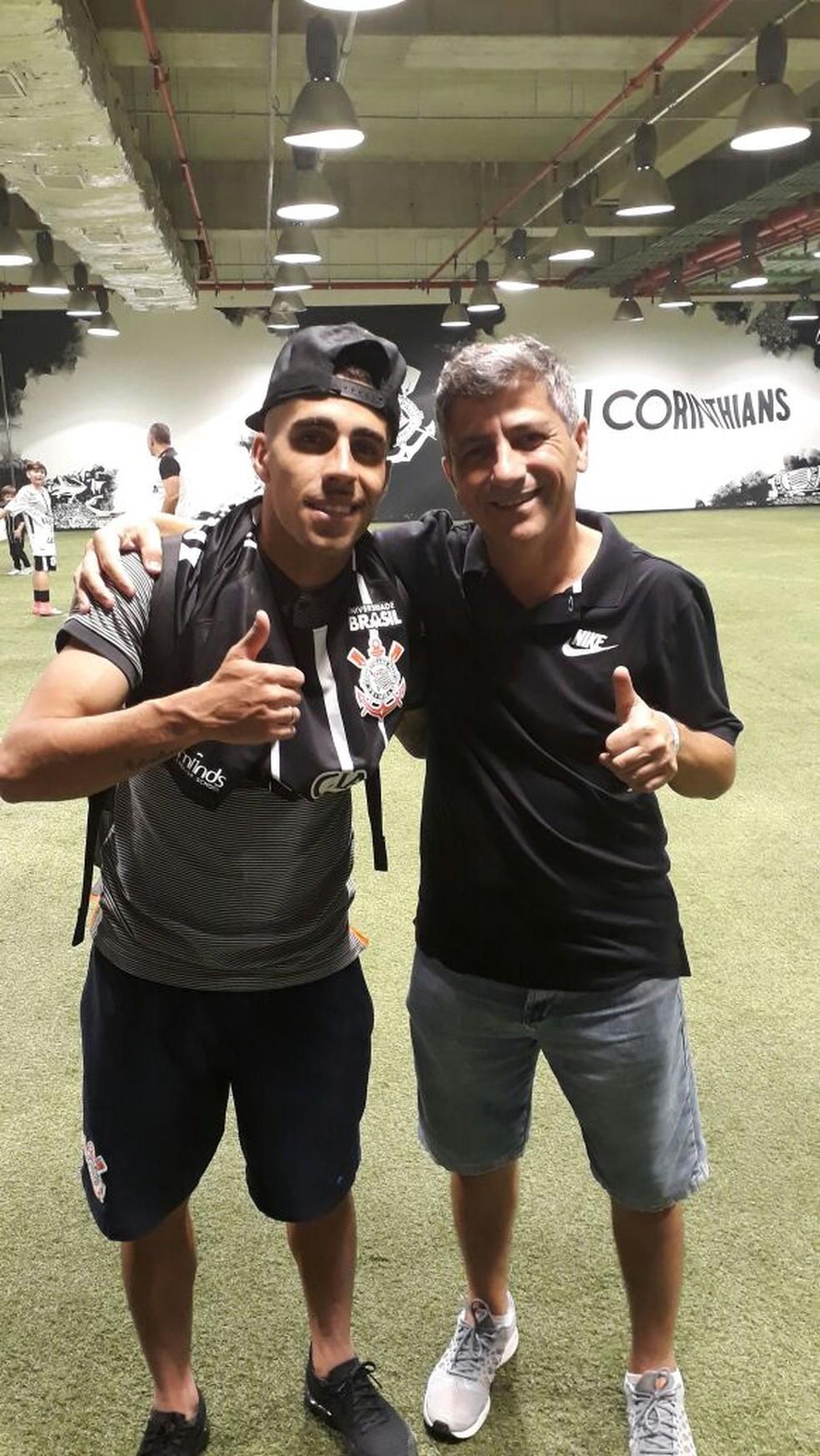 Gabriel e o pai celebram título no vestiário da Arena Corinthians (Foto: Arquivo Pessoal)