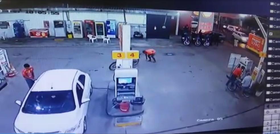 Foragido deixa a arma cair ao chegar no posto de combustíveis — Foto: Divulgação /Guarda Municipal de Teresina