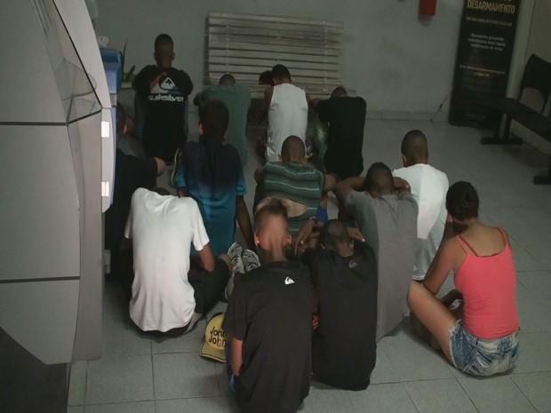Menores foram apreendidos após arrastão em Santos (Foto: Reprodução / TV Tribuna)