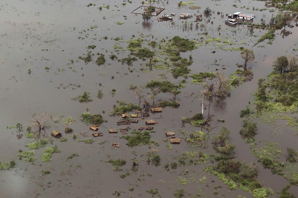 Casas são vistas em área alagada após a passagem do ciclone Idai em Beira, Moçambique — Foto: Rick Emenaket/Mission Aviation Fellowship via AFP
