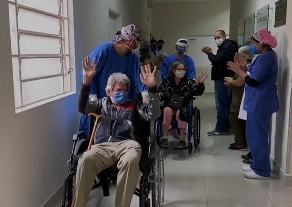 Idosos celebram recuperação após contraírem Covid-19 — Foto: Arquivo Pessoal