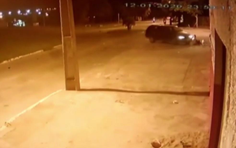 Carro é flagrado atropelando quatro crianças em Senador Canedo — Foto: Reprodução/TV Anhanguera