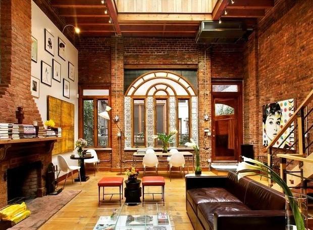Os tijolos nas paredes fazem com que o apartamento se pareça um loft (Foto: Keller Williams/ Reprodução)