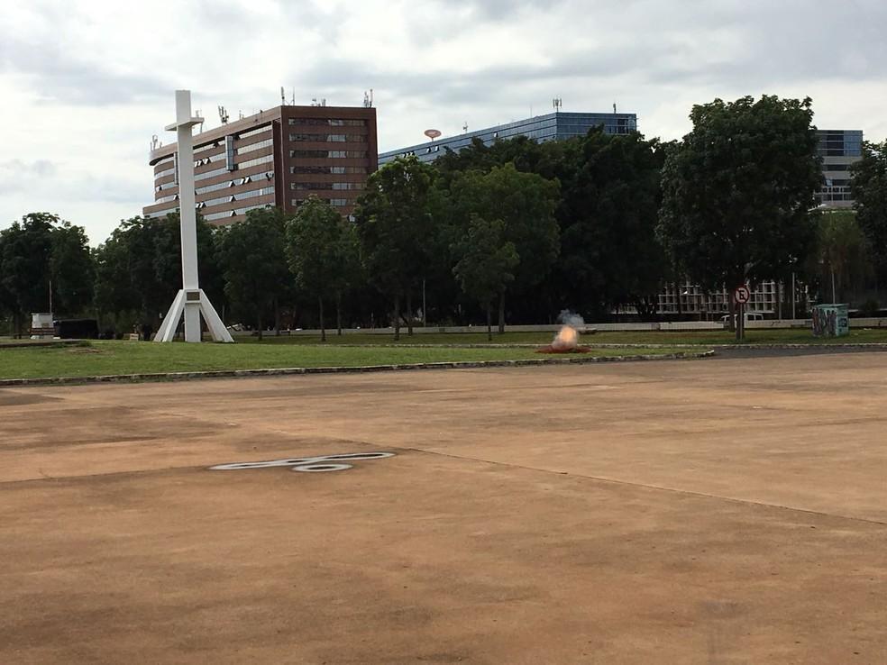 Esquadrão de Bombas do Bope detona suposta bomba na região central de Brasília (Foto: Larissa Batista/G1)