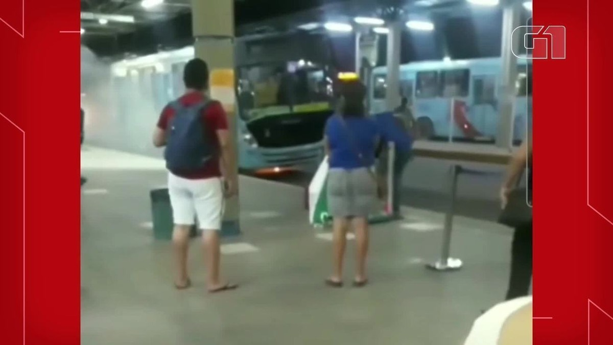 Ônibus sofre princípio de incêndio no terminal Siqueira, em Fortaleza