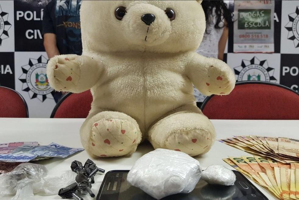 Urso de pelúcia escondia drogas em Esteio (Foto: Polícia Civil/Divulgação)