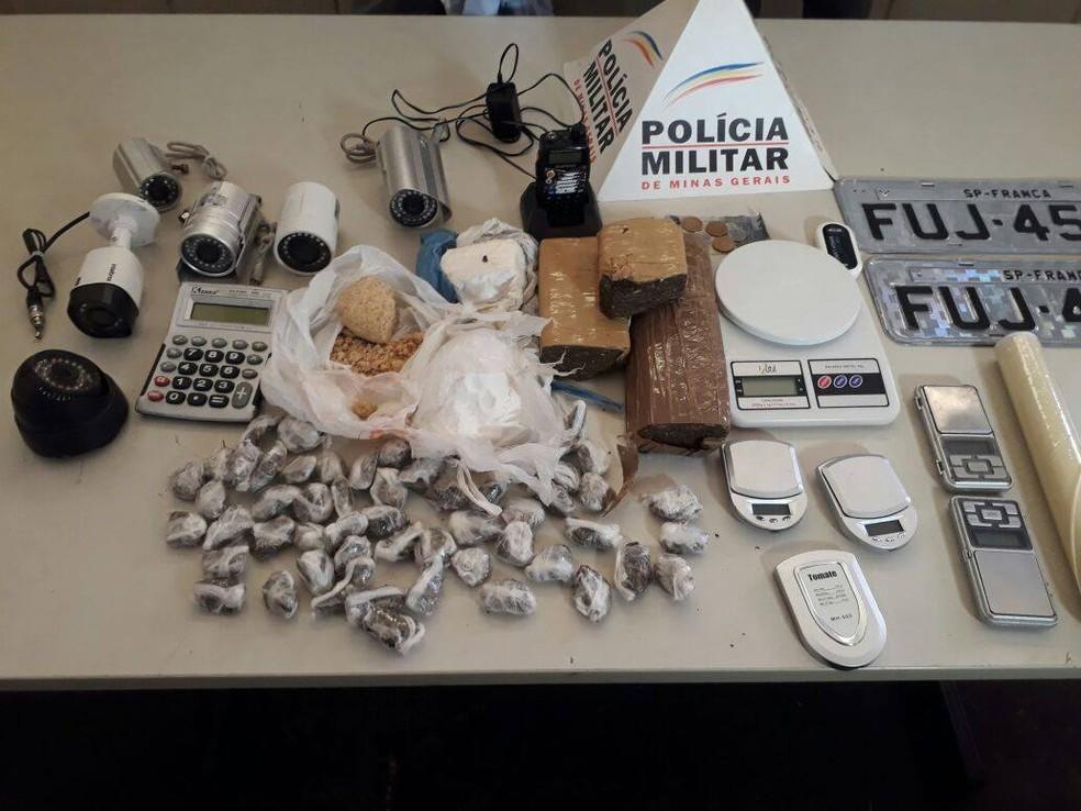 -  Polícia Militar de Uberaba apreende drogas, placas de veículos, balanças e outros materiais em uma casa da cidade  Foto: Polícia Militar/Divulgação