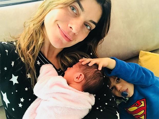 Joana Balaguer e os filhos, Gaia e Martin (Foto: Reprodução/Instagram)
