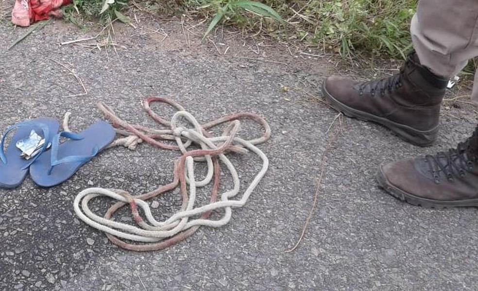 Homem é achado morto com marcas de tiros e com mãos, pés e pescoço amarrados às margens de rodovia na BA (Foto: Aldo Matos/Acorda Cidade)