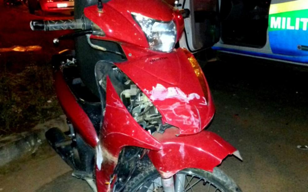 Motoneta que Fernanda Lioterio pilotava ficou destruída ao ser atingida por carro (Foto: Thalita Defacci /Vilhena Notícias)