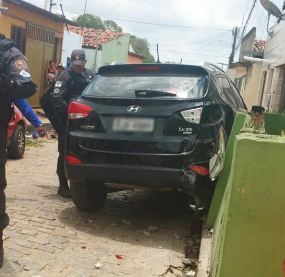 Durante a perseguição, carro roubado e guiado pelos criminosos bateu no muro de uma casa — Foto: Redes sociais