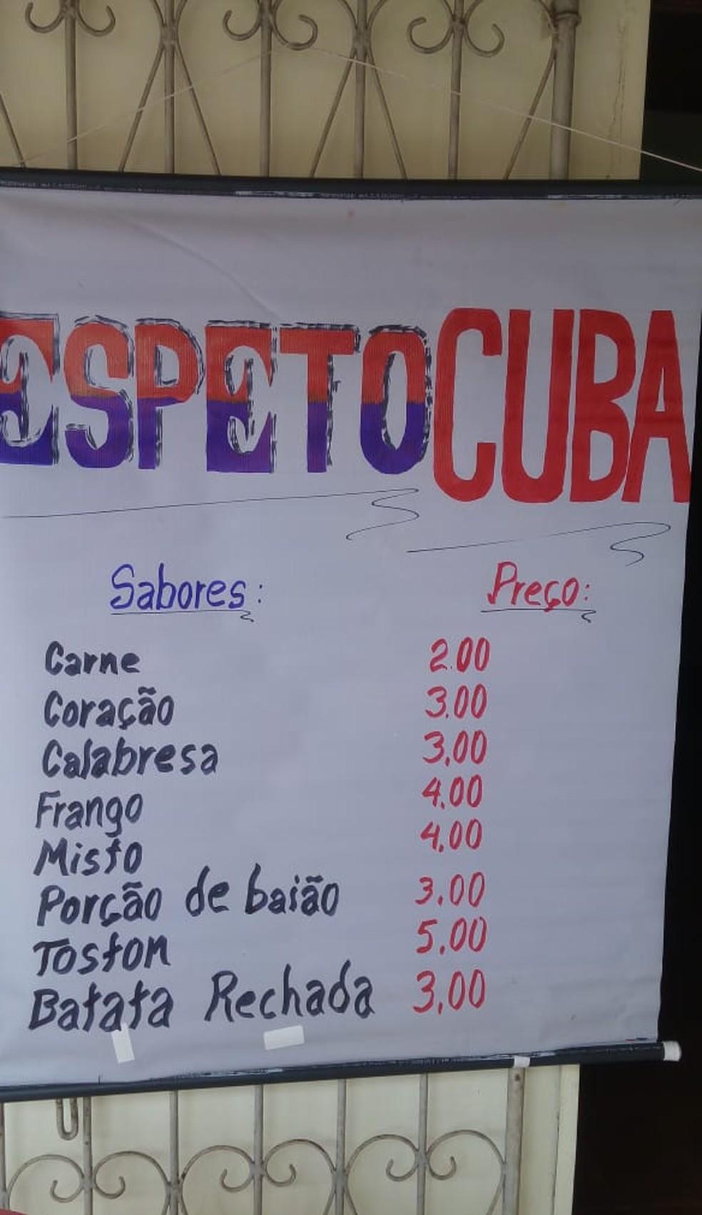 Médicos cubanos estão vendendo churrasquinho nas ruas de Itaituba depois de serem dispensados do programa Mais Médicos.  — Foto: Sulene Oliveira/ Arquivo pessoal