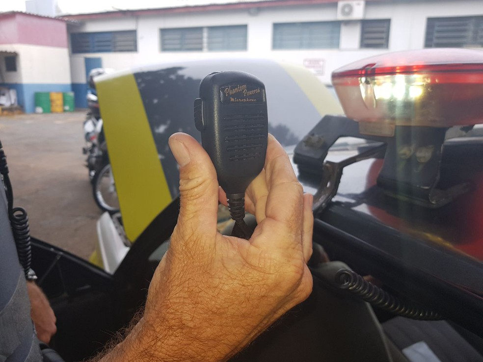 Rádio foi apreendido pela Polícia Federal para perícia (Foto: Polícia Militar/Cedida)